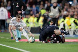Zidane si becca un calcio in faccia da un avversario: le immagini