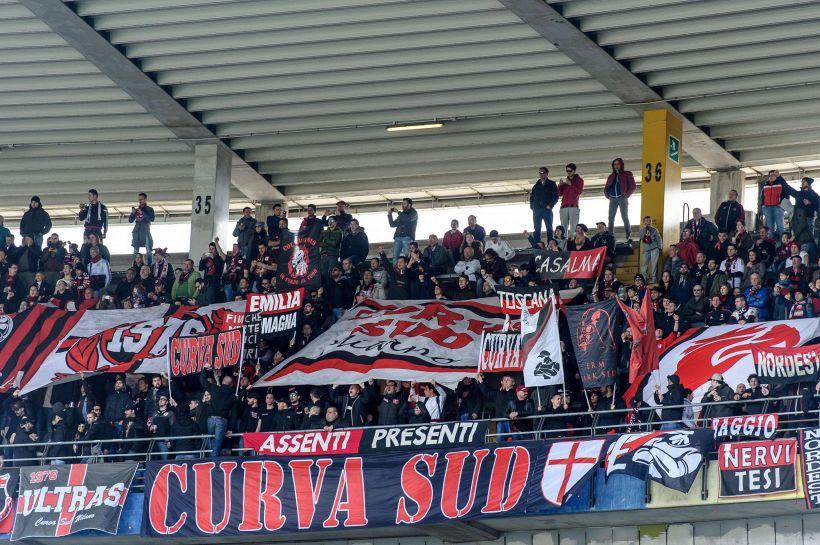 """Milan, tifosi compatti: """"Resta con noi"""""""