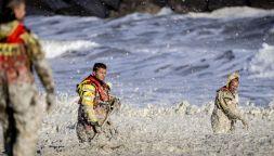 Olanda in lutto: cinque surfisti uccisi da una valanga di schiuma