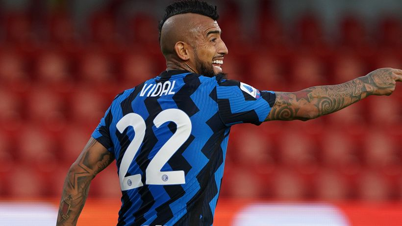 Vidal bacia lo stemma della Juve: polemiche
