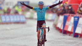 Vuelta, fuga vincente di Izagirre. Flop Roglic, Carapaz in rosso