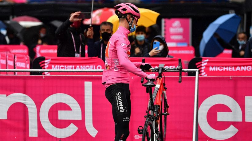 Colpo di scena al Giro, i corridori protestano: cosa è successo