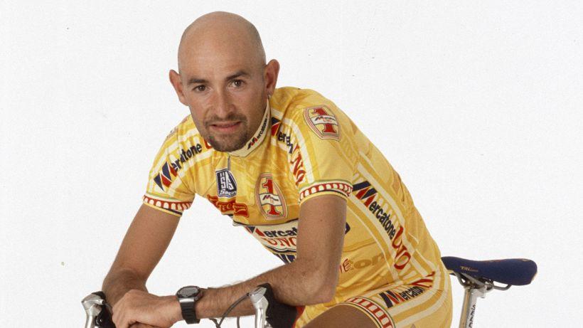 Cassani consegna alla famiglia Pantani la bici del primo Tour
