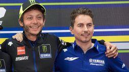 Valentino Rossi dà la sveglia a Lorenzo