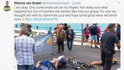 Paura al Giro, van Empel e Wackermann travolti dalle transenne