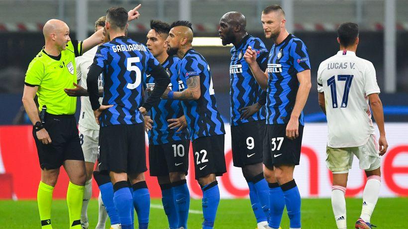 Vidal reclama un rigore: doppio giallo e rosso