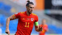Bale e il pc in tribuna: i tifosi gallesi insorgono