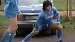 Maradona: la partitella nel fango di Acerra con gol di mano