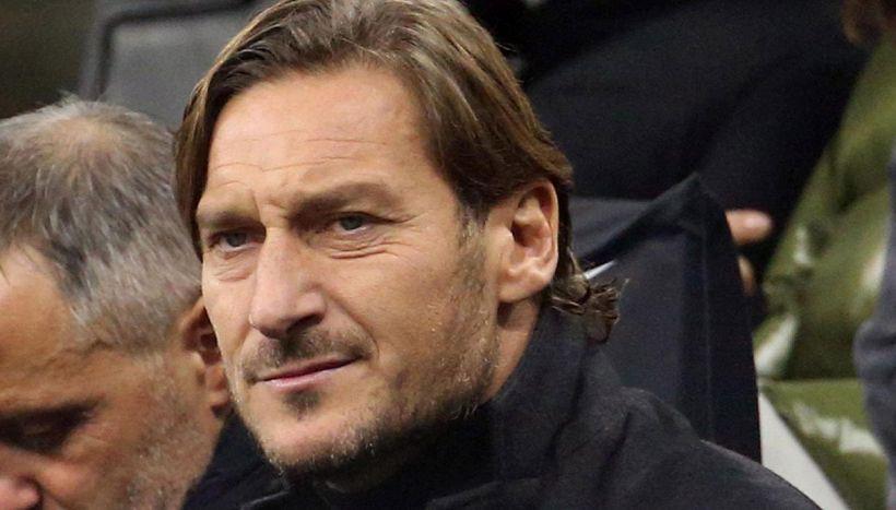 """L'invito che spiazza tutti: """"Totti, torna a giocare con noi"""""""