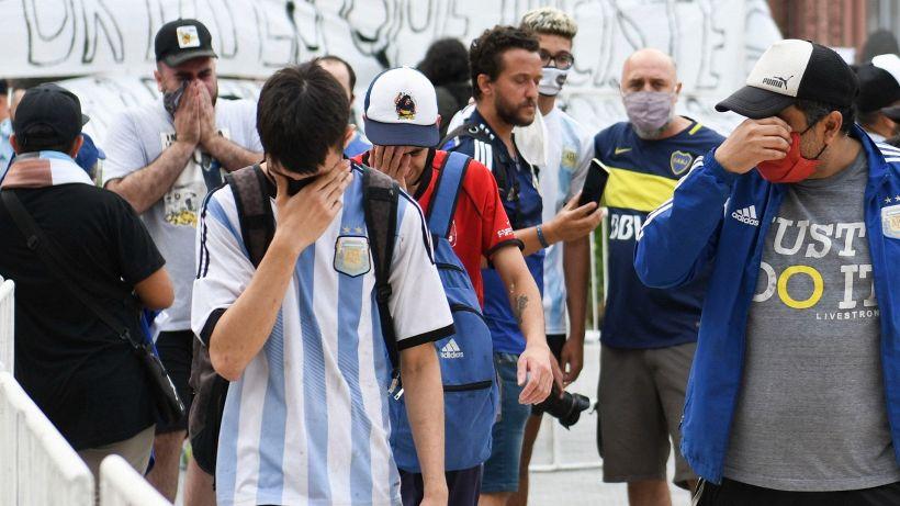 Maradona, tutti in lacrime alla camera ardente. Il gesto del Papa