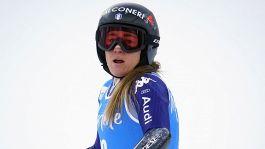 Ansia per Sofia Goggia: via in barella dopo la caduta, guai al ginocchio