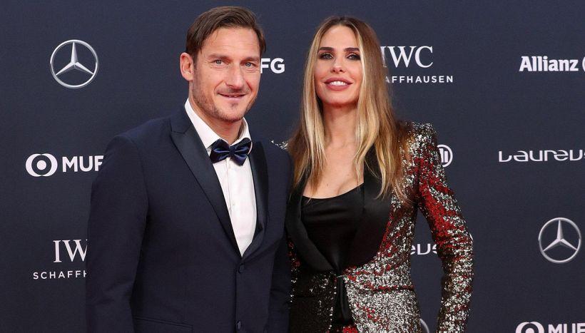 Totti show da Pio e Amedeo: Da Balotelli alla scopa con Gattuso