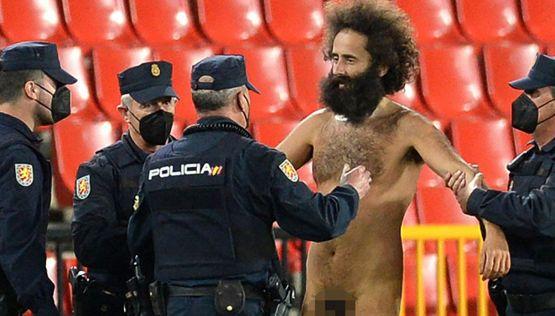 Uomo nudo entra in campo durante Granada-Manchester United