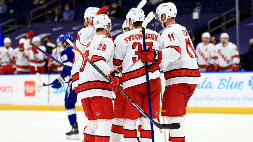 NHL: Hurricanes e Penguins inarrestabili