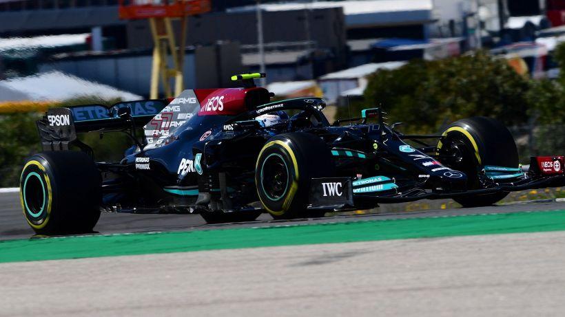 F1, pole di Bottas a Portimao. Sainz batte Leclerc