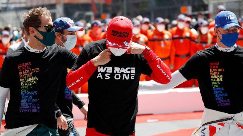"""Leclerc distrutto: """"Tanta tristezza"""". Vettel e Schumacher lo consolano"""