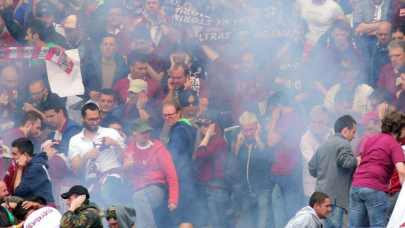 Tensione Torino: scontro tifosi-polizia e confronto con la squadra