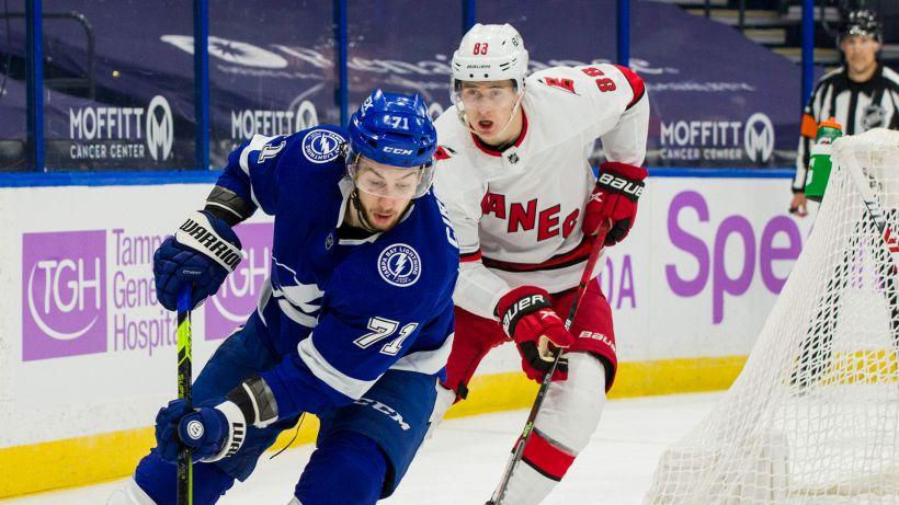 NHL: Tampa Bay fa il break, Hurricanes nei guai