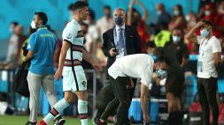 Ronaldo nervoso: calcia la fascia di capitano
