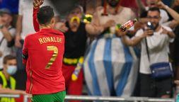 Cristiano Ronaldo sfiorato da una bottiglia di Coca Cola: è bufera