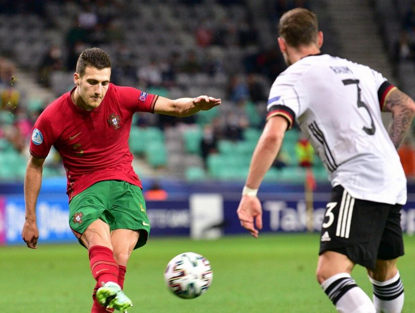 Tifosi Milan: Dovevamo trattenere Dalot e cedere l'altro