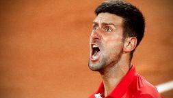 Urla, calci, sputi con Berrettini: Djokovic indigna Roland Garros
