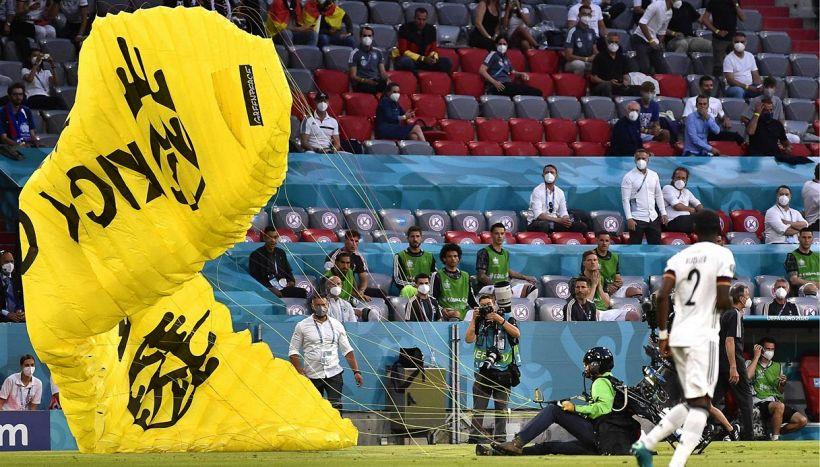 Euro 2020, panico all'Allianz Arena: paracadute contro gli spalti