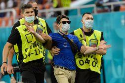 Euro 2020, Francia-Svizzera: invasione in campo, steward in azione