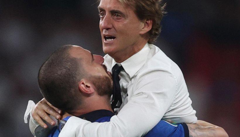 Euro 2020, Bonucci scatenato in conferenza stampa: selfie e birra