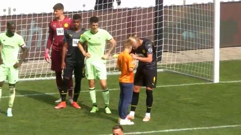 Borussia Dortmund, invasione durante l'amichevole: un bambino chiede l'autografo ad Haaland