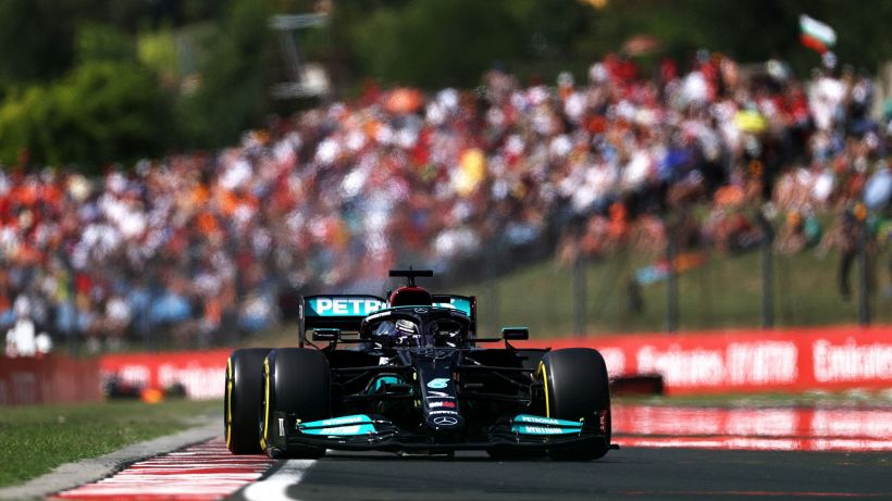 F1, pole Hamilton in Ungheria. Ferrari: disastro Sainz, Leclerc ok