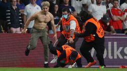 Fuori programma a Wembley: un tifoso fa irruzione sul terreno