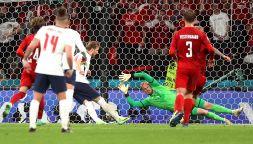 Laser in faccia a Schmeichel mentre para: Inghilterra sotto accusa
