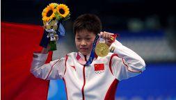 Tokyo, l'oro olimpico della piccola Quan Hongchan scuote le coscienze