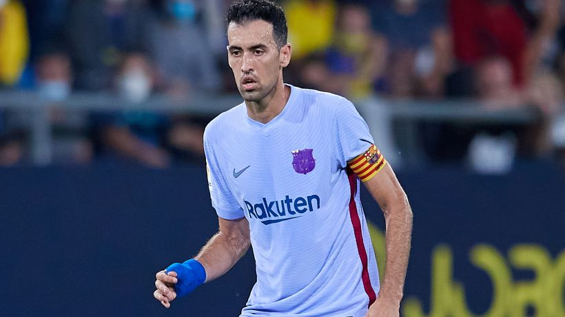 Pallone calciato verso l'avversario: Busquets 'salva' il Barcellona