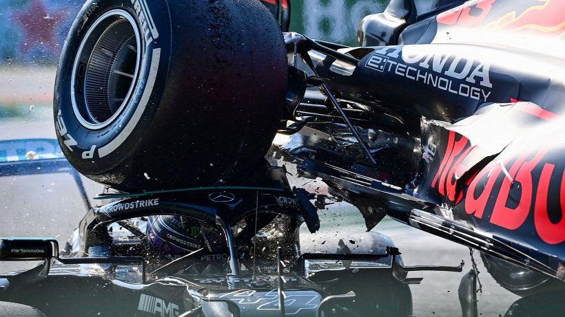 F1, dolori al collo per Hamilton: la decisione dopo l'incidente choc