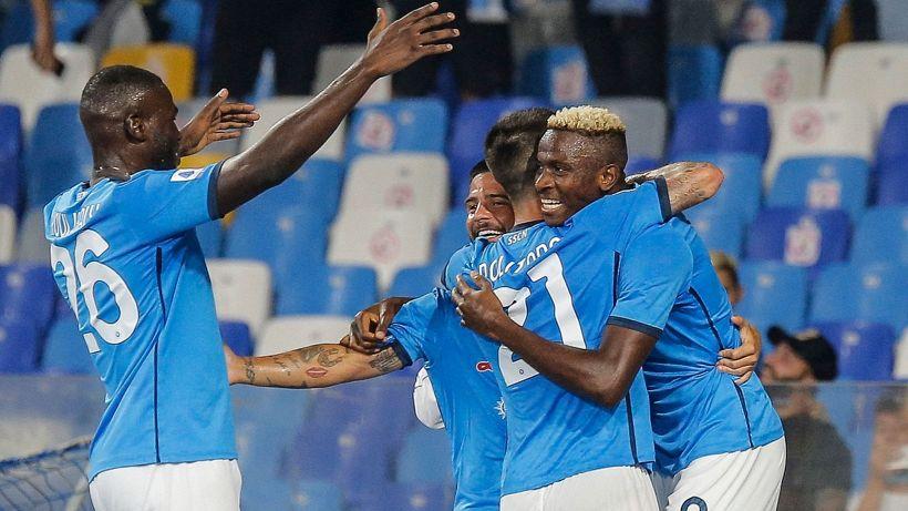 Osimhen scatenato, sesta vittoria di fila per il Napoli. Cagliari ko