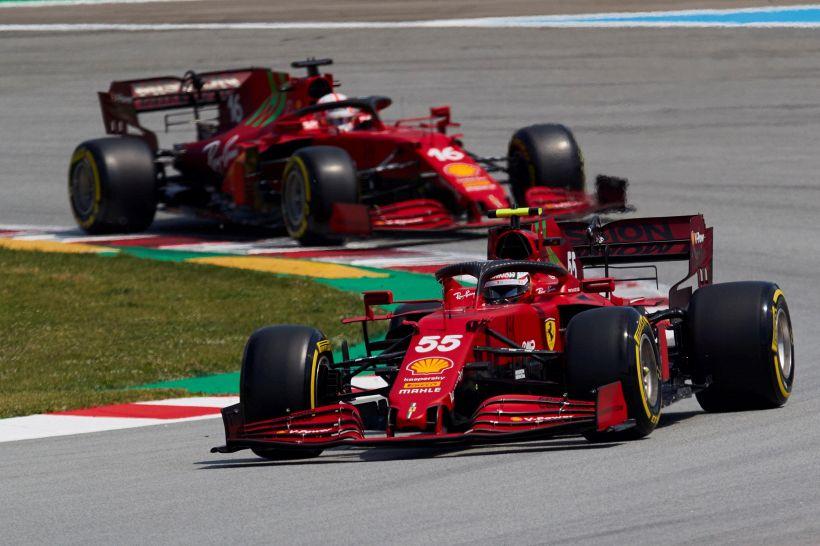 F1, Ferrari: Sainz e Leclerc, confronto impietoso. Scoppia il caso