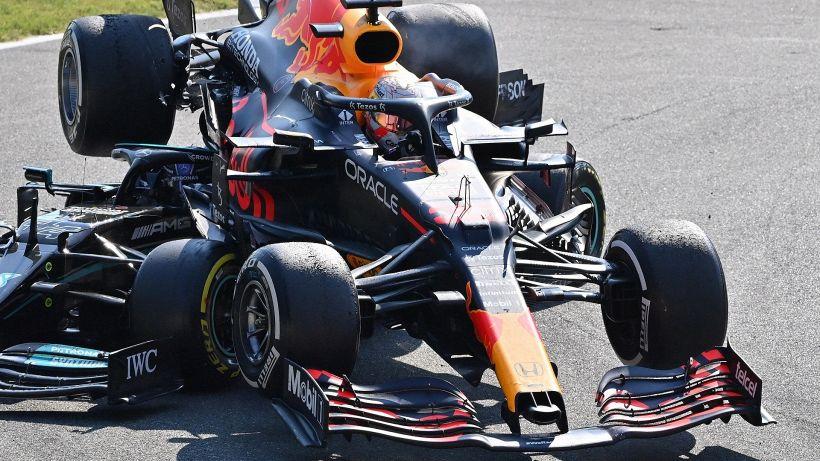 F1, Max Verstappen punito dopo lo scontro con Lewis Hamilton
