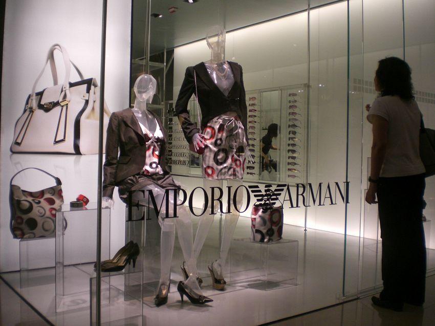 737cc5b1fb Il brand Armani non è solo un marchio, ma un vero e proprio stile di vita.  Stiamo parlando di una delle case di moda più amate non solo in Italia, ...