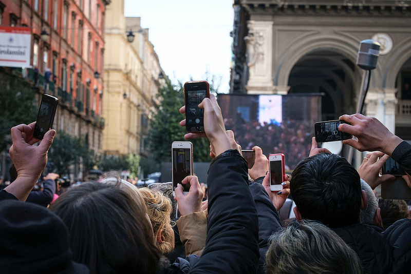 Il Papa ai ragazzi: mettete via gli smartphone, godetevi la vita