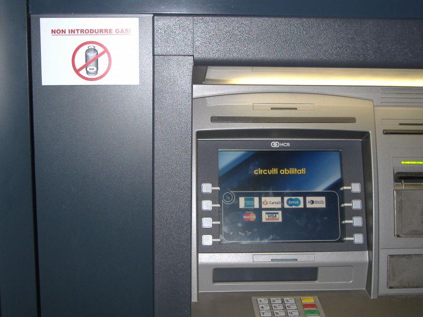 Non toccate la tastiera del bancomat: ecco che cosa può capitarvi