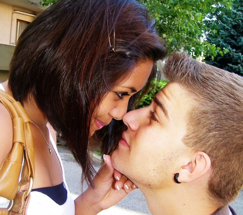Come baciare un ragazzo timido: usate l'astuzia femminile