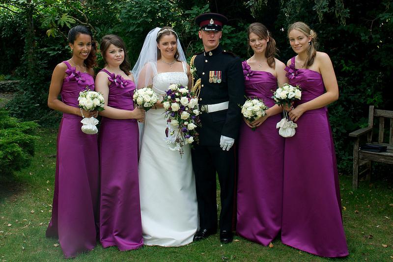 La strana ragione per cui le damigelle ai matrimoni vestono tutte uguali