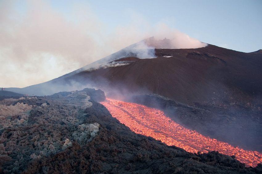 L'assurdo volo di una italiana in tuta alare su un vulcano attivo