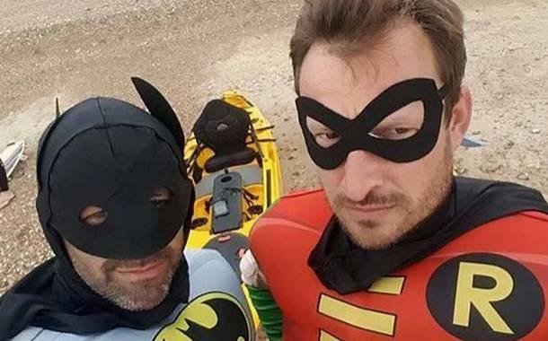 Batman e Robin, due supereori salvano surfista in difficoltà