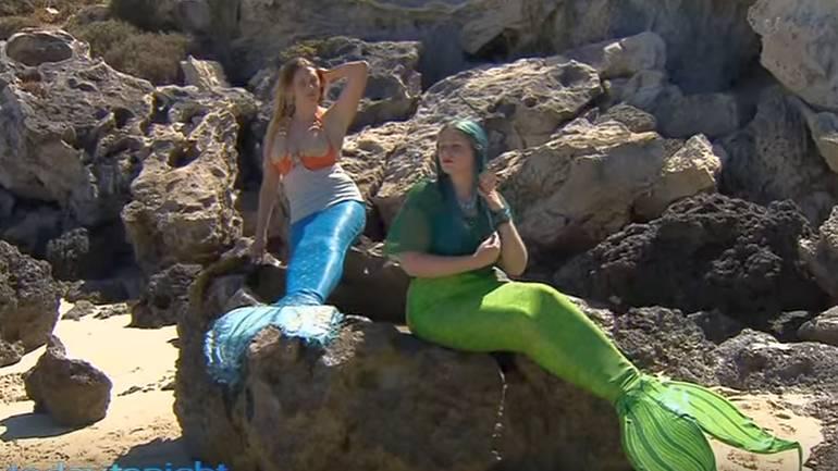 Due sorelle vogliono diventare sirene e nuotano con gli squali