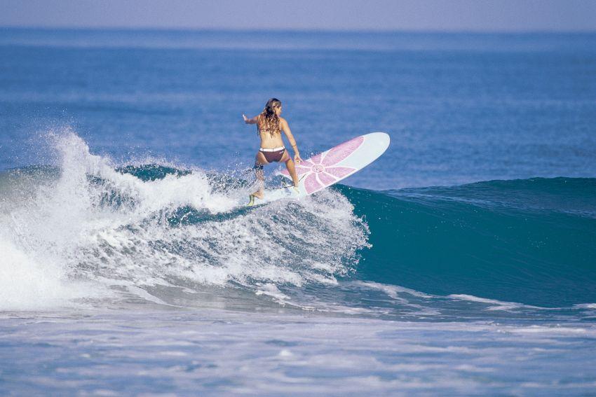 Beve birra mentre surfa, equilibrio incredibile