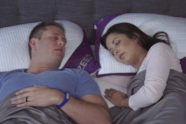 Il cuscino hi-tech suona musica, monitora il sonno e vibra se russate