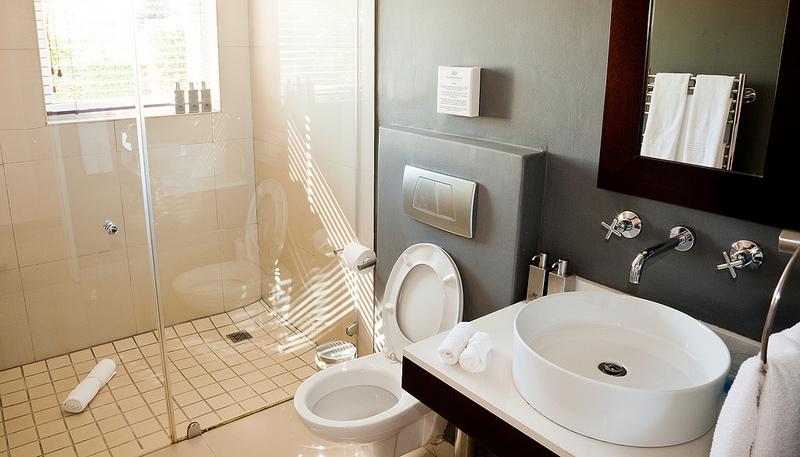 Doccia a fondo stanza illuminazione per il bagno supereva